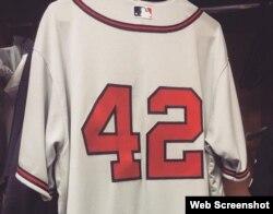 La camiseta de Adonis García, con el número 42 en la espalda.