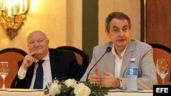 El ex presidente del Gobierno de España José Luis Rodríguez Zapatero (d), habla en rueda de prensa, acompañado por el ex canciller Miguel Ángel Moratinos.