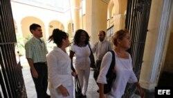 La portavoz de las Damas de Blanco, Berta Soler (2i), la hija de la fallecida opositora Laura Pollán, Laura María Labrada (i), y otras miembros de la organización caminan hoy, jueves 7 de junio de 2012, hacia la sede del Arzobispado de La Habana (Cuba), p