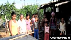 Integrantes de las familias que viven en corrales para animales (Foto cortesía de Cubanet).