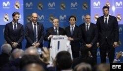 El presidente del Real Madrid, Florentino Pérez (3i), el de Telefónica, José María Álvarez-Pallete (3d), los entrenadores de la sección de fútbol, Zinedine Zidane (2i), y de baloncesto, Pablo Laso (2d) y los capitales, Sergio Ramos y Felipe Reyes (d).