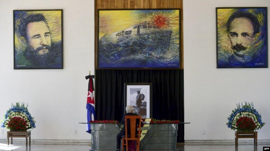 Una mujer firma un libro en la embajada de Cuba en Ciudad México en 2016, por la muerte del dictador Fidel Castro.