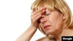 La genética determina la edad natural de la menopausia en la mujer.