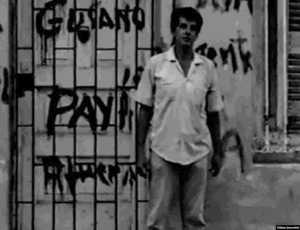 El desaparecido Oswaldo Payá luego que paramilitares pintaran su casa en La Habana.