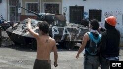 Un grupo de personas observa una barricada utilizada en una manifestación contra el Gobierno venezolano