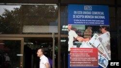 Fotografía de un cartel donde se anuncia la posibilidad de comprar con pesos cubanos en un establecimiento de La Habana (Cuba).