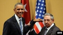 Raúl Castro (d) y el presidente de Estados Unidos Barack Obama, durante una rueda de prensa en el Palacio de la Revolución de La Habana.