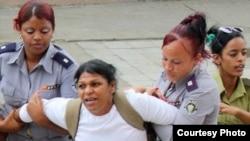 Arresto de la Dama de Blanco Martha Sánchez, una activista por los derechos humanos en Cuba. (Archivo)