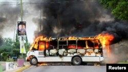 Un autobús en llamas. Escena de un enfrentamiento entre narcos y federales en México.