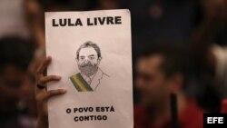 Simpatizantes del expresidente Luiz Inácio Lula da Silva siguen desde la sede del sindicato de los metalúrgicos la sesión de la Corte Suprema.
