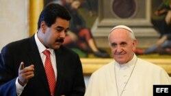 Nicolas Maduro con el Papa Francisco durante un encuentro celebrado en 2013. Foto de Archivo.