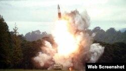 Seúl estimó que el proyectil lanzado este miércoles es de la serie Pukguksong (Estrella Polar) y que habría alcanzado una altitud máxima de vuelo de 910 kilómetros. (Captura de imagen/Rodong Sinmun)