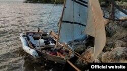 La embarcación en la que arribaron los balseros. (Foto: Aduanas y Protección Fronteriza Florida/Facebook)