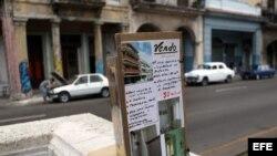 Un cartel anuncia la venta de una vivienda en un parque de La Habana (Cuba).