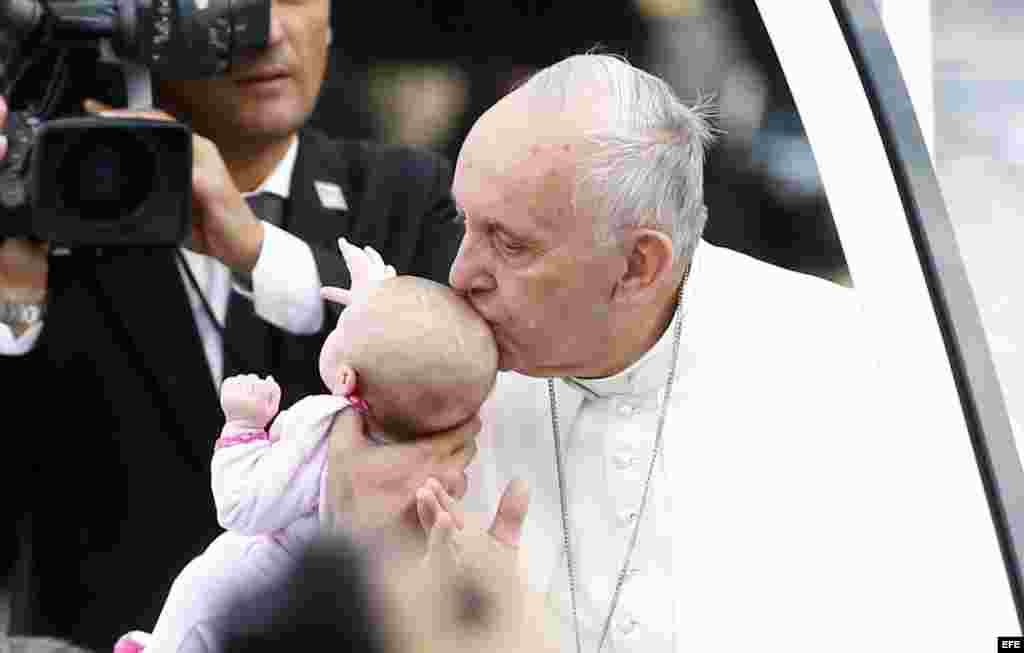 El papa Francisco besa a un bebé durante su visita al Independence Hall, en Filadelfia.