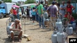 Holguineros hacen cola para adquirir las balitas de gas licuado. (Archivo)