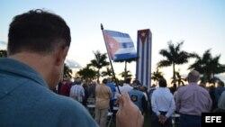David Acosta sostiene una bandera cubana durante la vigilia contra el diálogo entre EEUU y Cuba celebrada en el Memorial Cubano de Miami.