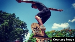 Skaters practican en Cuba.