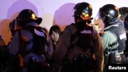 Detienen a manifestante en una manifestación en apoyo de los derechos humanos de los uigures de Xinjiang en Hong Kong.