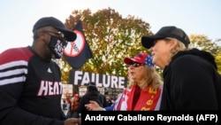 Votantes pro Biden y pro Trump debaten en las calles (Andrew Caballero-Reynolds / AFP).