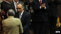 Raúl Castro (de espaldas), condecora con el título de Héroe de la República de Cuba, al agente Antonio Guerrero.