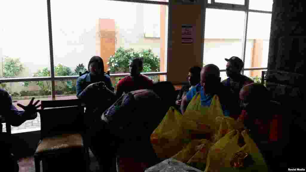 Miembros de la Alianza visitaron a los cubanos detenidos en el Hotel Carrión para conocer de su situación.