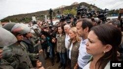 """Militares impiden el paso a los expresidentes de Colombia, Andrés Pastrana, y de Bolivia, Jorge Quiroga, cuando se dirigían a la cárcel militar de """"Ramo Verde""""."""