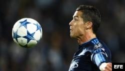 Cristiano Ronaldo controla el balón durante el partido de Liga de Campeones entre el Malmoe y el Real Madrid.