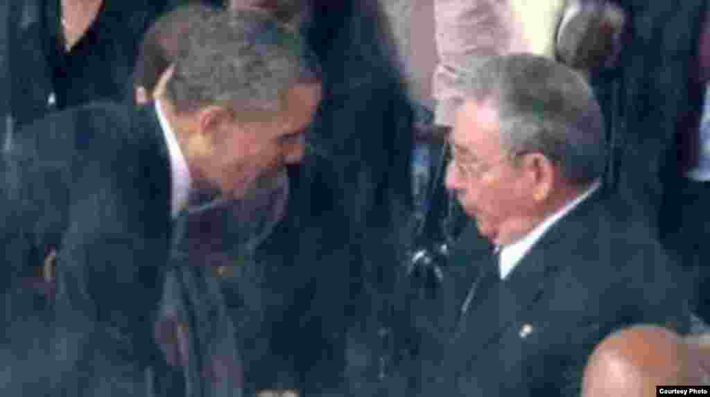 Obama y Castro se saludan en el funeral de Nelson Mandela en Johannesburgo, en diciembre de 2013.