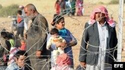 Refugiados sirios esperan en la frontera con Turquía tras dejar sus hogares.