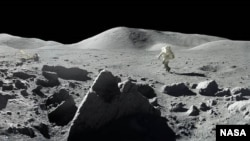 Vista panorámica de la superficie lunar.