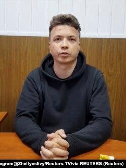 El bloguero bielorruso Roman Protasevich, detenido cuando un avión de Ryanair se vio obligado a aterrizar en Minsk, aparece en un video.