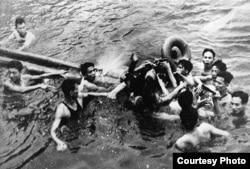 Vietnamitas sacan a McCain del lago Hanoi, tras ser derribado su avión.