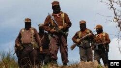 Archivo. Miembros del Ejército Zapatista de Liberación Nacional (EZLN) escoltan al sub comandante insurgente Marcos (atrás izda.).