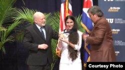 Yoani Sáchez recibe la Medalla al valor de FIU.