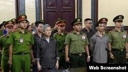 el activista Luu Van Vinh (izq.) y otros acusados comparecen ante el tribunal en la ciudad de Ho Chi Minh, el 5 de octubre de 2018.