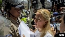 Lilian Tintori (d), esposa del dirigente venezolano preso Leopoldo López, junto a dirigentes de la opositora Mesa de la Unidad Democrática (MUD), acuden al Consejo Nacional Electoral (CNE).