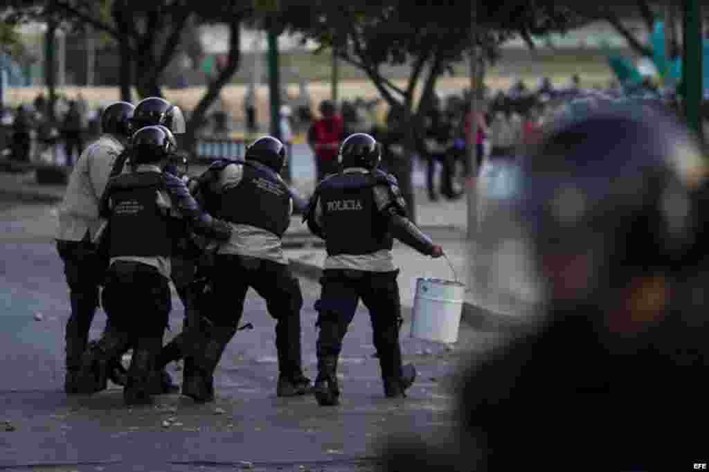 Manifestantes se enfrentan a miembros de la Policía Nacional Bolivariana