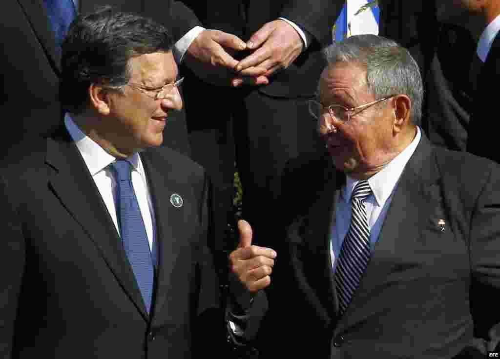 Archivo 2013 - Raúl Castro (d), habla con el presidente de la Comisión Europea, José Manuel Durão Barroso, en Chile durante Cumbre CELAC-UE.
