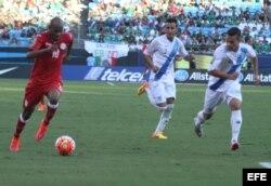 Ariel Martínez (i) controla el balón ante Guatemala en el partido en Charlotte, Carolina del Norte.