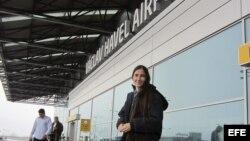 """GRA276. PRAGA, 01/03/2013.- Fotografía facilitada por la ONG People in need de la disidente cubana Yoani Sánchez, una de las voces más mediáticas de su país a través del blog """"Generación Y"""" y la red social Twitter hoy a su llegada al aeropuerto de Praga."""