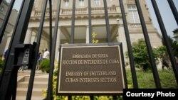 Tarja en la verja de la Sección de Intereses de Cuba en Washington DC, bajo protectorado suizo.