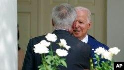 El presidente Joe Biden, a la derecha, habla con el líder de la minoría de la Cámara de Representantes, Kevin McCarthy, de California, a la izquierda, en la Casa Blanca en Washington, el lunes 26 de julio de 2021. (Foto AP / Susan Walsh)