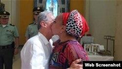 El beso entre el expresidente colombiano Alvaro Uribe y la exsenadora izquierdista Piedad Córdoba.