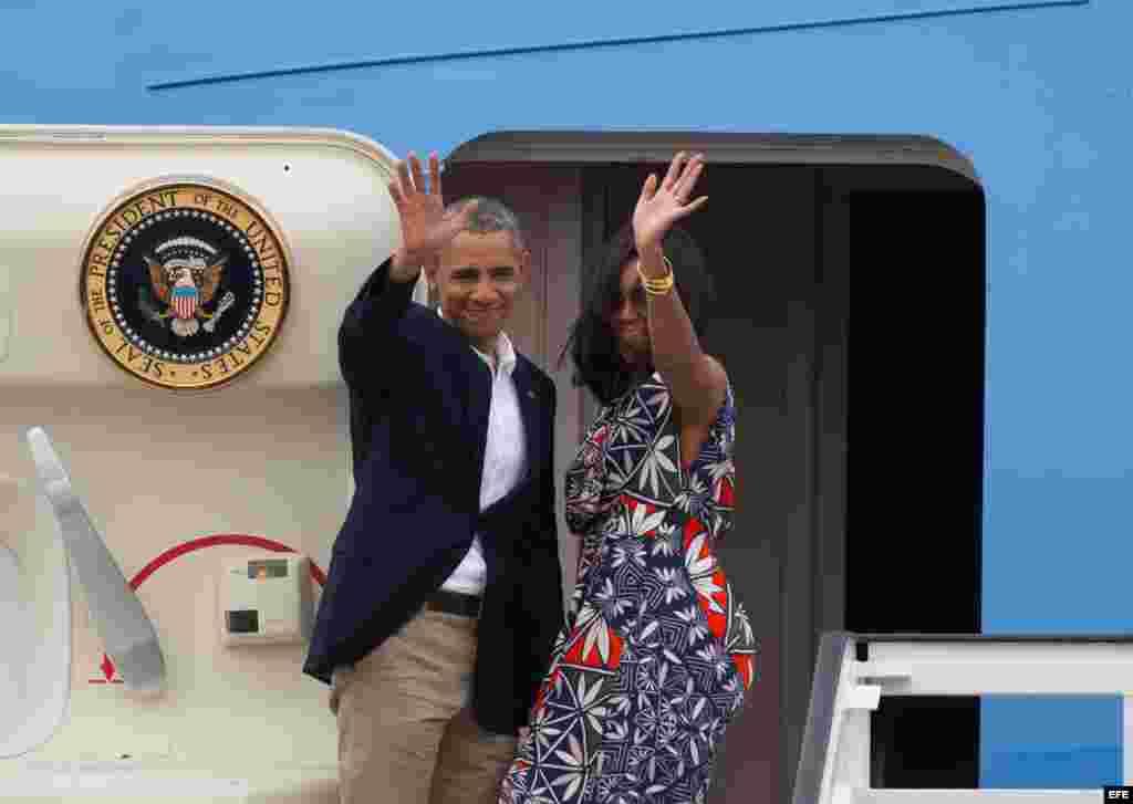 El presidente de Estados Unidos, Barack Obama, junto a su esposa Michelle, se despiden de los cubanos.