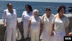 Damas de Blanco en el exilio, en el malecón de la Ermita de la Caridad en Miami.
