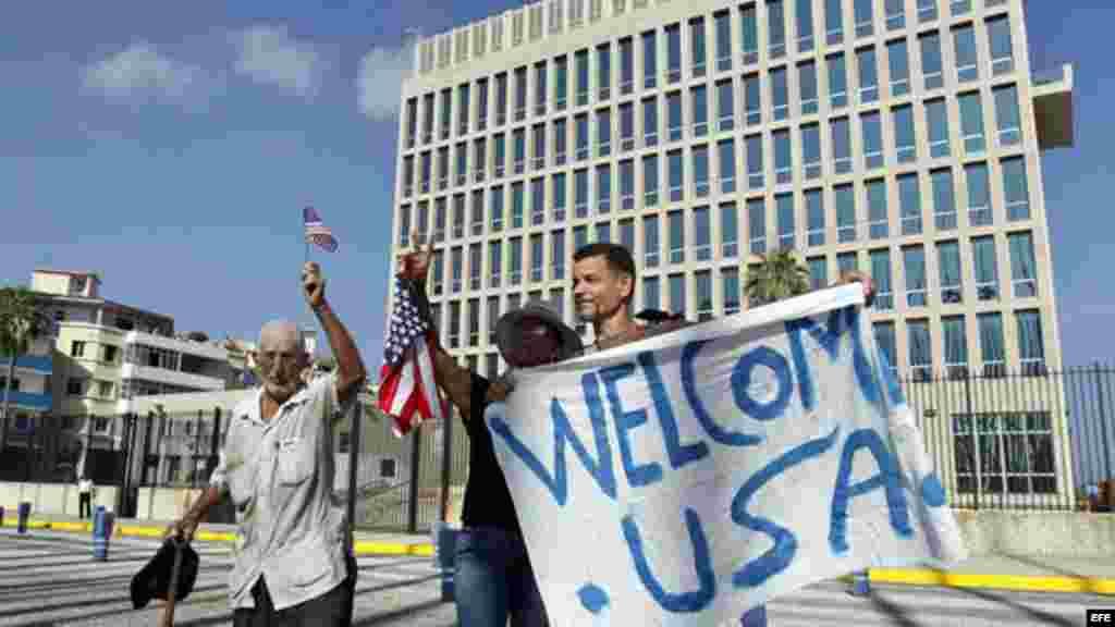 Un grupo de personas sostiene una pancarta frente a la embajada de Estados Unidos en La Habana