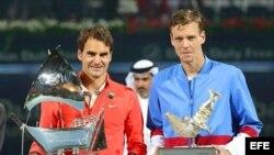 Roger Federer (i) y Tomas Berdych (d) posan con sus trofeos.
