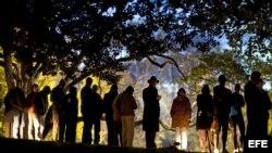 Habitantes de Virginia hacen cola en el parque Nottoway de la localidad de Vienna, Virgina (Estados Unidos) para ejercer su derecho al voto en las elecciones presidenciales.