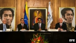 Fotografía cedida por el Palacio de Miraflores donde aparece el presidente venezolano, Nicolás Maduro (c), mientras participa en una reunión con el gabinete en el Palacio de Miraflores. Mediante una cadena nacional de radio y televisión, Maduro solicitó l